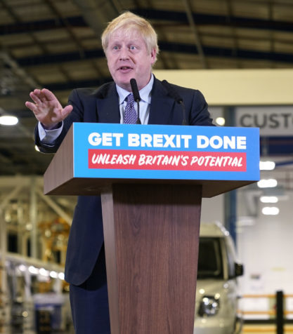 Boris Johnson prononce un discours électoral à Warwickshire devant un lutrin «Get Brexit Done: Unleash Britain's Potential»